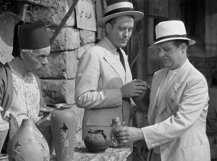 《 木乃伊之手 》 劇照 ,大帥哥史蒂夫 (中) 與搞笑丑角貝比 (右)。