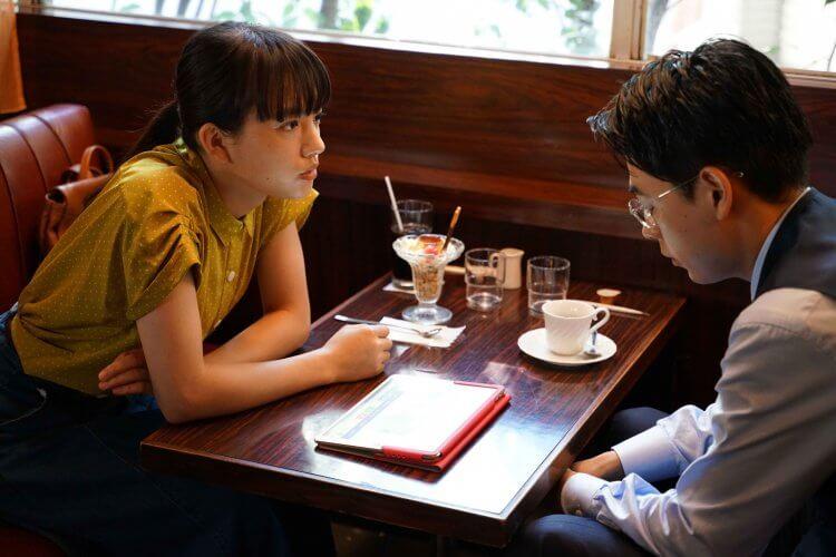 【老師!你會不會談戀愛】劇照-遭女學生香住(清原果耶 飾)(左)直白評論:「老師你很帥,可惜太怪了!」