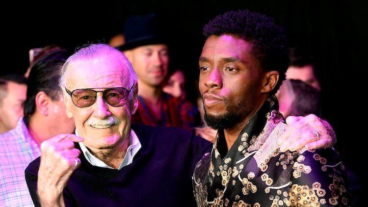 已逝的漫威老爺子史丹李(左),與飾演漫威超級英雄「黑豹」的已逝影星查德威克鮑斯曼(右)。