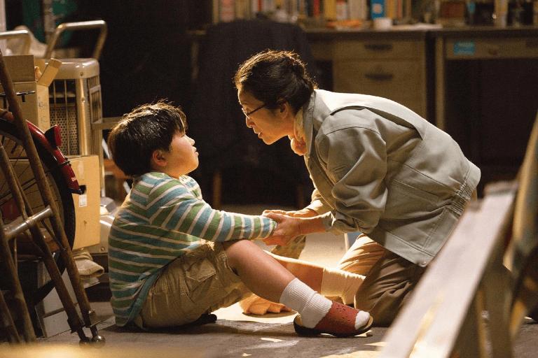 家庭失能,電影《不管媽媽多麼討厭我》中的小小泰司唯有工廠的奶奶可以相看照。