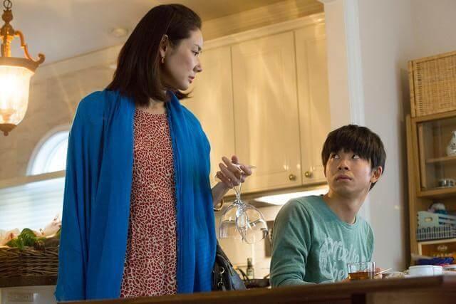 吉田羊在《不管媽媽多麼討厭我》片中飾演情緒潰堤的施暴母親。