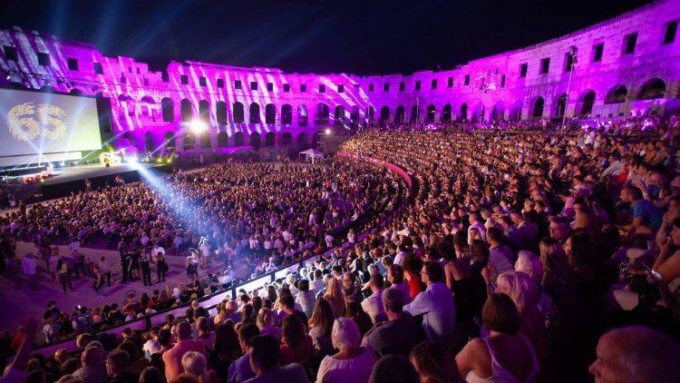 【影劇生活】世界最酷 5 間戲院特搜第二彈!水池劇院不稀奇,壯觀的紅石露天劇場,甚至古羅馬競技場?首圖