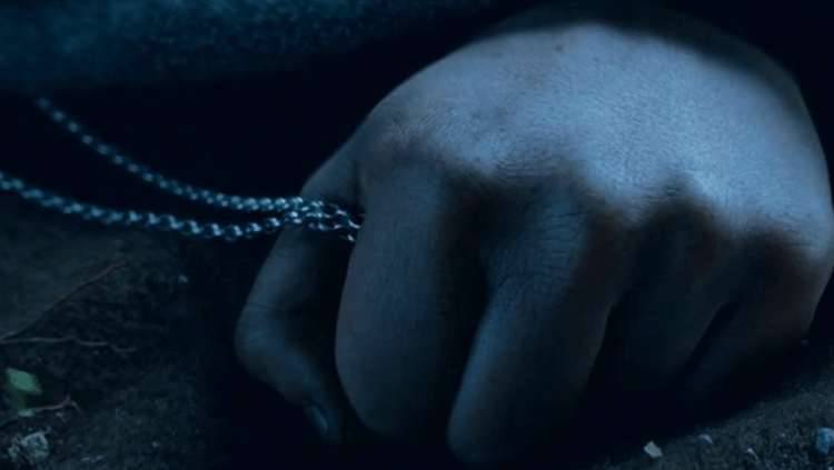 《魔戒》電影中,佛羅多睡時也緊緊握著魔戒。