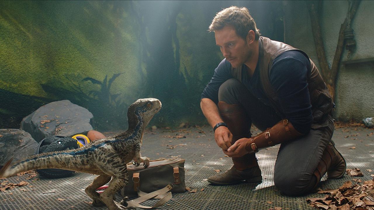 侏羅紀世界:殞落國度-劇照-歐文 與 小時候的 小藍