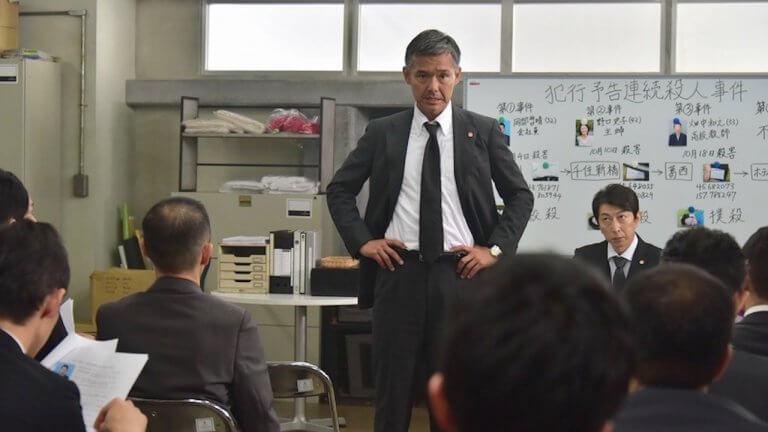 《假面飯店》中,渡部篤郎飾演的警官是率隊進駐飯店的兇殺案對應小組負責人。