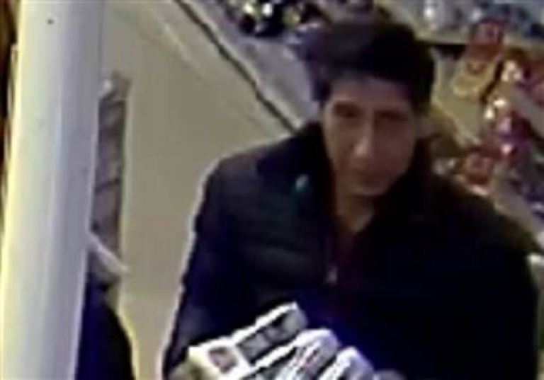 一張遭竊超市拍攝到的嫌犯身影,竟撞臉《六人行》羅斯!