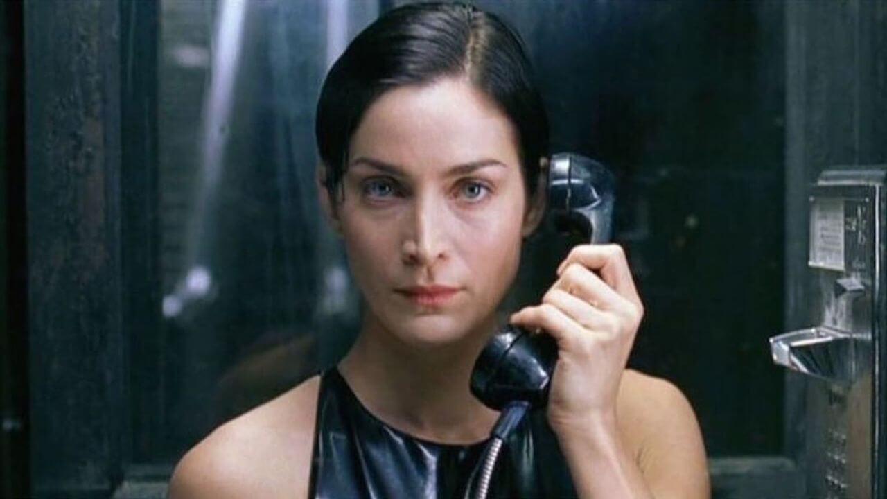 經典科幻動作電影《駭客任務》中的「戰鬥女神」崔妮蒂(凱莉安摩斯 飾)。