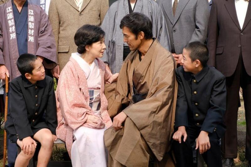 電影 《 北之櫻守 :媽媽的守護者》中, 吉永小百合 飾演 阿部寬 的妻子:江蓮鐵,在戰亂中撫養兩位孩子成長。