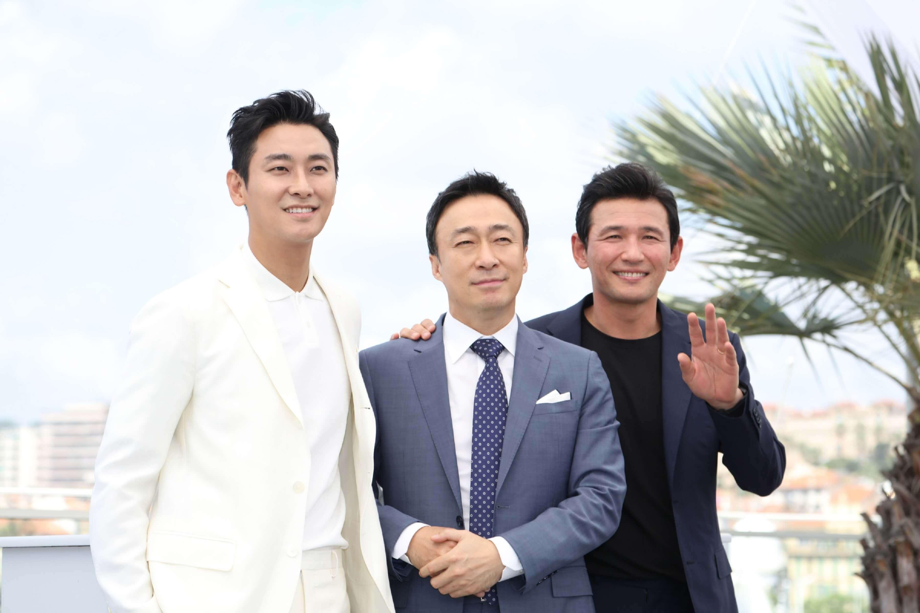 南北韓 諜戰片 《 北風 》日前於 坎城 首映,主演演員 : 朱智勳 李聖旻 黃晸玟 合影。
