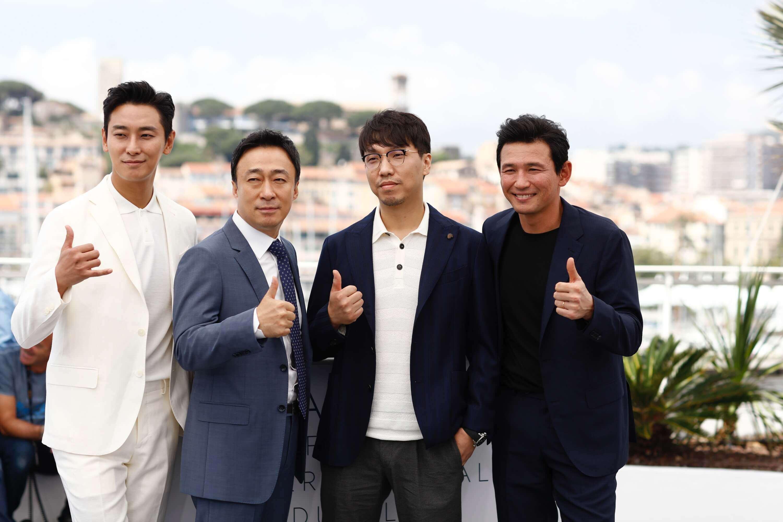 南北韓 諜戰片 《 北風 》 坎城影展 首映 主演演員與 導演 尹鍾彬 合影