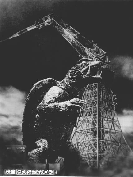 大映電影 1965 年怪獸片《大怪獸卡美拉》破壞電塔的劇照。