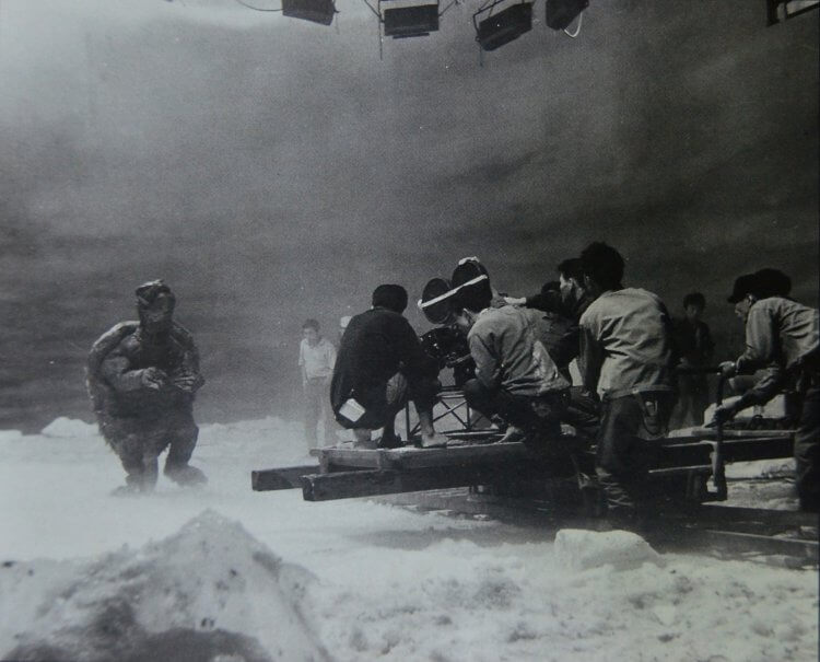 大映電影 1965 年怪獸片《大怪獸卡美拉》拍攝現場。