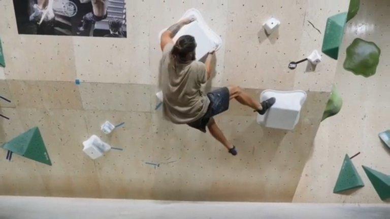 喜歡戶外運動的《水行俠》傑森摩莫亞,最喜歡的便是攀岩運動。