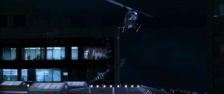 2001 年動作電影《以毒攻毒》中,動作天王史蒂芬席格用「體重」扯下一台直升機。