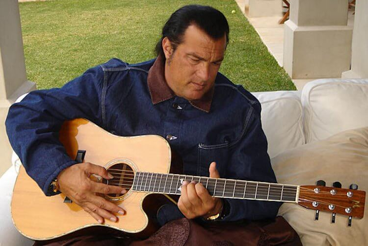 史蒂芬席格彈吉他。