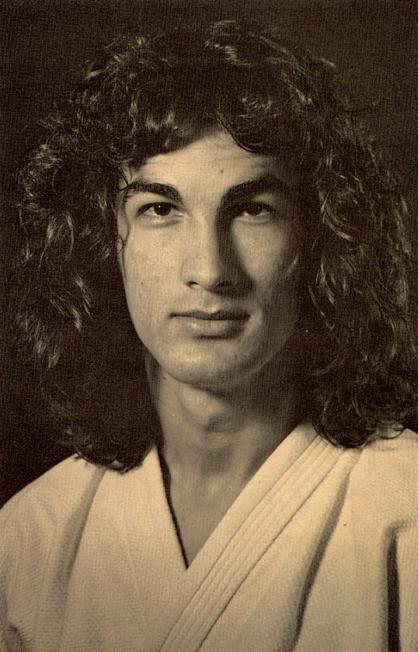 史蒂芬席格 當時長得跟搖滾巨星
