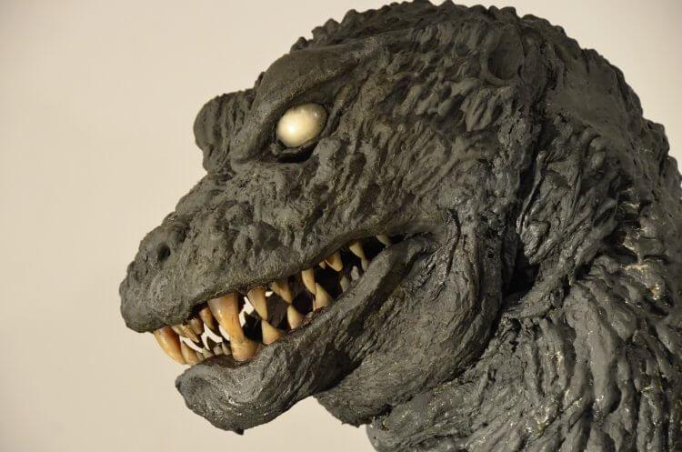 2001 年東寶怪獸電影《哥吉拉‧摩斯拉‧王者基多拉 大怪獸總攻擊》中的哥吉拉設計,頭部及眼部特別之處都與劇情發展有關。