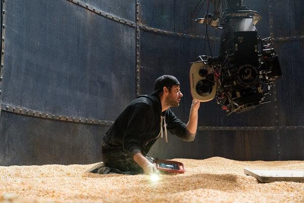 自導自演 《 噤界 》的 約翰卡拉辛斯基 。