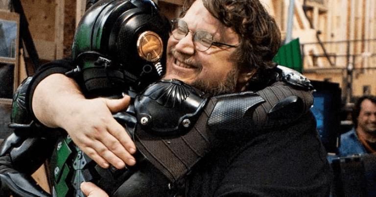 比起王道英雄更愛暗黑英雄故事的宅宅導演吉勒摩戴托羅,圖為他拍攝巨大機甲怪獸片《環太平洋》花絮照。