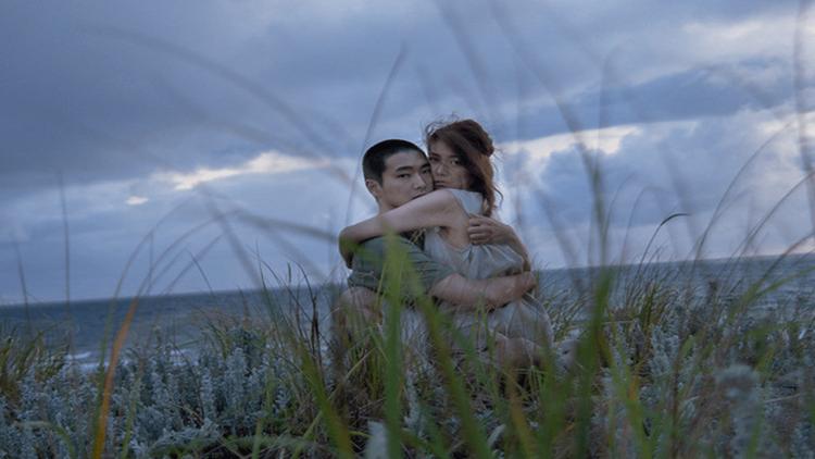 【影評】《火口的二人》: 在火山口旁的性愛如此激烈,但卻不一定那麼危險首圖