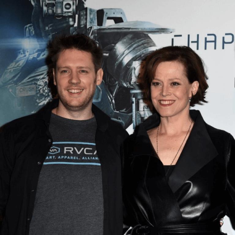 電影《第九禁區》《極樂世界》導演:尼爾布洛姆坎普與雪歌妮薇佛合影。