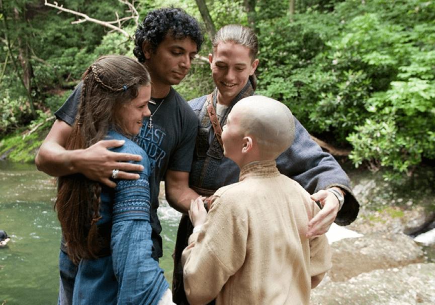奈沙馬蘭與他執導的《降世神通:最後的氣宗》電影主角們合影。