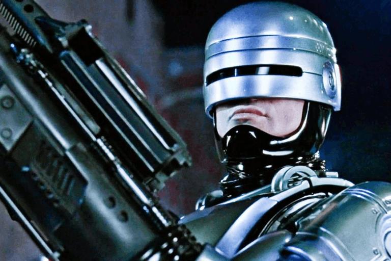 1987 年經典科幻電影《機器戰警》劇照。