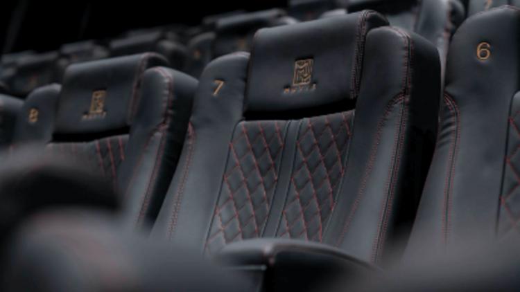 【影劇生活】躺超奢華床墊,吃私廚餐點……,盤點全台擁有超狂視聽設備的頂級電影院,觀影也要「帝王」享受!首圖