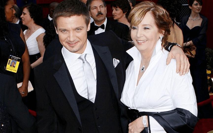 2010 年,參加奧斯卡獎的 傑瑞米雷納 及母親。