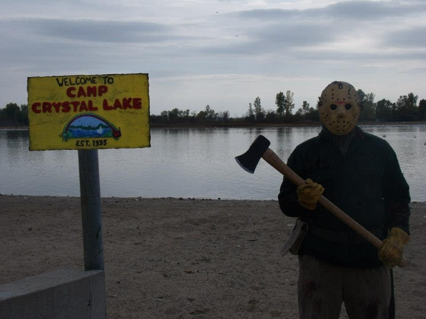 暑假 、 夏令營 、 恐怖電影 :《 十三號星期五 》 面具魔傑森 。