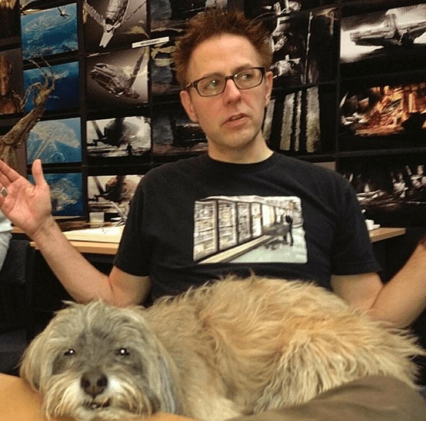 導演詹姆斯岡恩和他的愛犬。