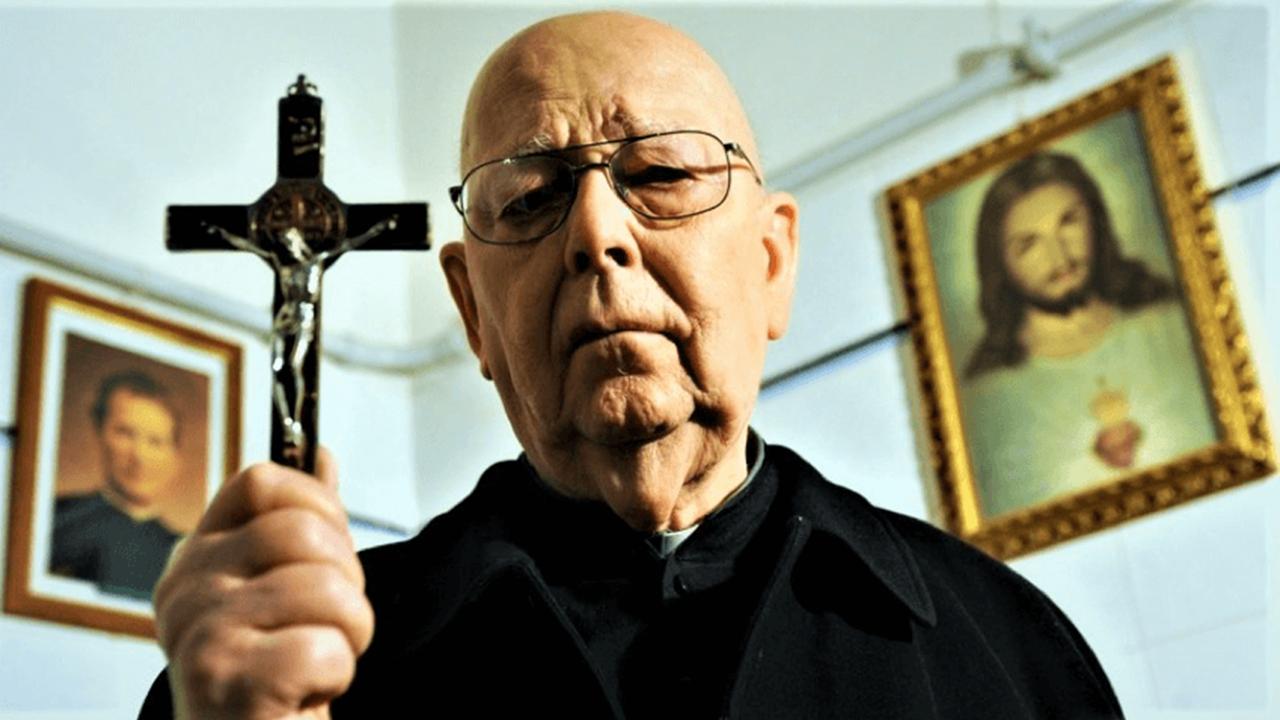 《惡魔與阿摩特神父》:為什麼奧斯卡導演要拍一部宛若《鬼話連篇》的廉價恐怖紀錄片?首圖
