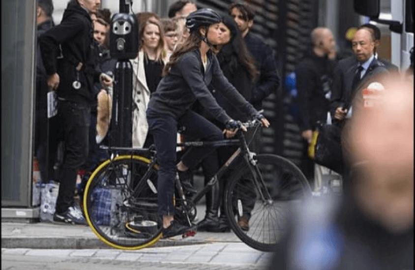 古墓奇兵 劇照 腳踏車快遞員的蘿拉