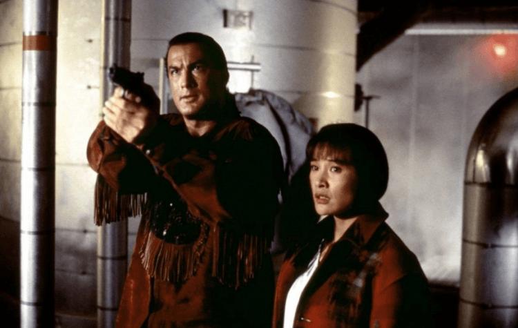 史蒂芬席格 1992 年電影《絕地戰將》中也有著類似 1998 年《火線戰將》的原住民設定,以及席格的主角無敵屬性。