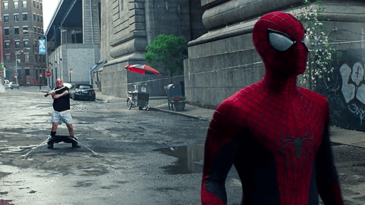 電影《蜘蛛人驚奇再起 2:電光之戰》中的犀牛人由保羅賈麥提 (Paul Giamatti) 飾演,為正式登場鋪哏。