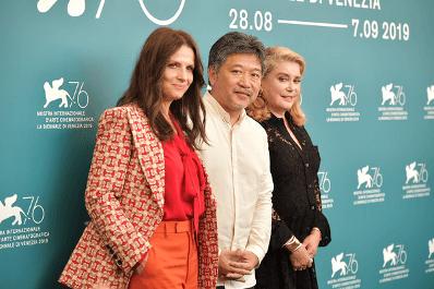 電影《真實》的凱薩琳丹妮芙,導演是枝裕和以及茱麗葉畢諾許。