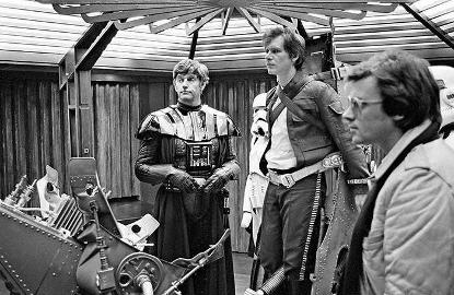 星戰電影片場中摘下頭盔的「黑武士」本尊大衛普羅斯與哈里遜福特等人。