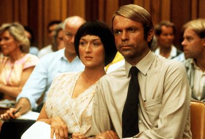 山姆尼爾與梅莉史翠普主演電影《暗夜哭聲》劇照。