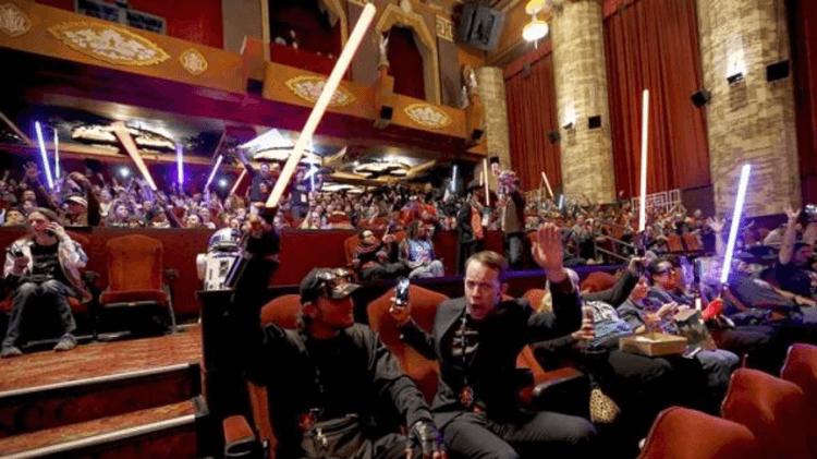 前往戲院支持《星際大戰》系列電影的星戰粉絲。