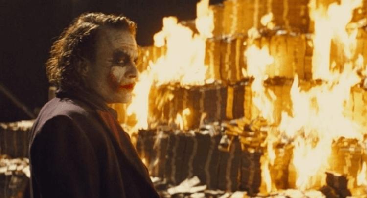 諾蘭導演與編劇們表示蝙蝠俠漫畫《漫長萬聖節》影響《黑暗騎士》三部曲許多,圖為電影中希斯萊傑飾演的小丑。