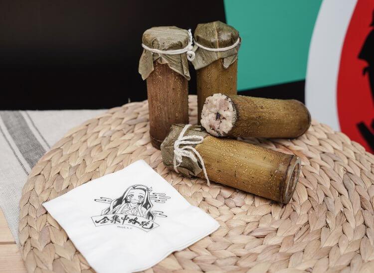 快閃店現場販售鬼滅主題特色美食,禰豆子口咬竹子為靈感發想的竹筒飯。