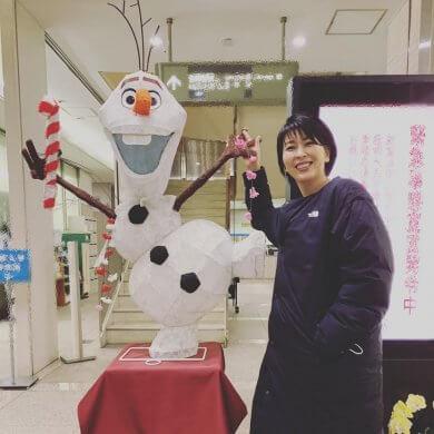 在《冰雪奇緣》日文版配音聲演艾莎的松隆子,與雪寶合照