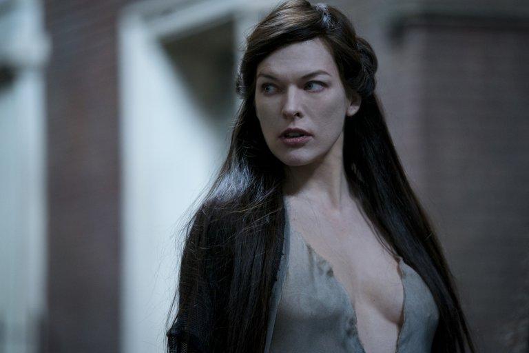 《地獄怪客:血后的崛起》蜜拉喬娃維琪 (Milla Jovovich) 飾演血后妮妙 (Nimue)。