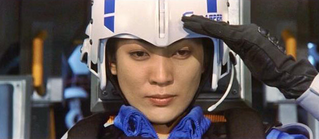 舊譯《哥吉拉大戰蝶龍》的 2000 年電影《哥吉拉 × 美加基拉斯》中,由田中美里飾演的女主角辻森桐子是立志打敗哥吉拉的對 G 戰鬥部隊隊長。