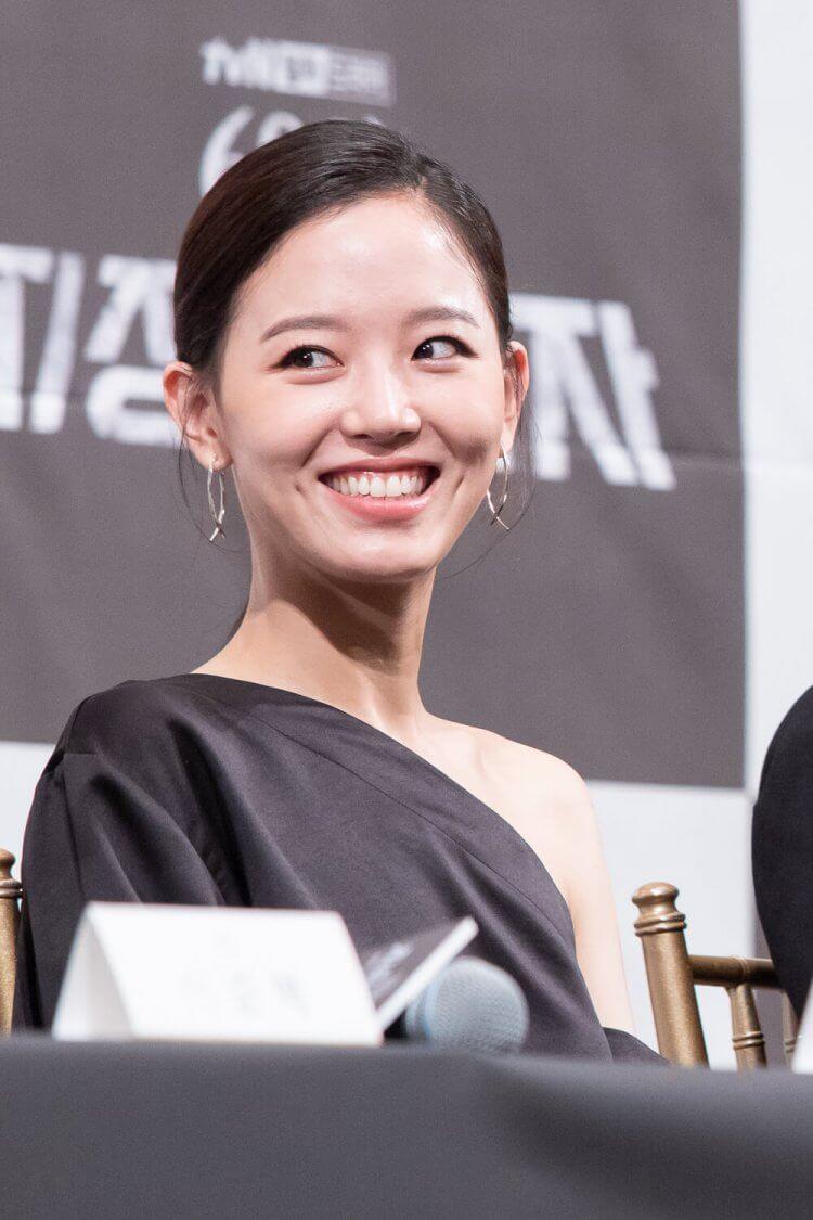 在 Netflix 韓劇《指定倖存者:60 日》中有許多動作戲演出的女星姜漢娜。