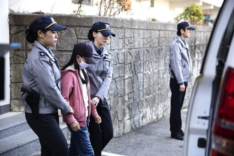 《孩子的自白》改編自韓國真實社會案件,姊姊聲稱打死了自己的弟弟,移送法辦,背後的真相又究竟為何呢?