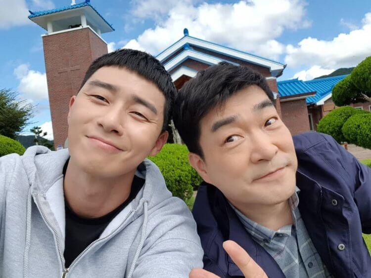 孫賢周(右)在《梨泰院Class》裡飾演朴敘俊(左)父親