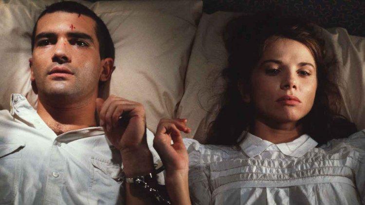 安東尼奧班德拉斯「愛妳愛到綁架妳」!《綑著你,困著我》阿莫多瓦經典電影重現大銀幕,狂粉綁架三級片女星只因太專情首圖