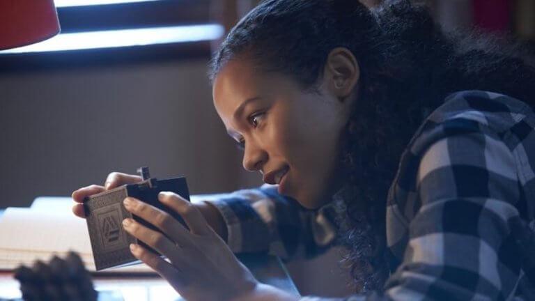 《密弒遊戲》電影中,柔伊是大家的智力擔當。