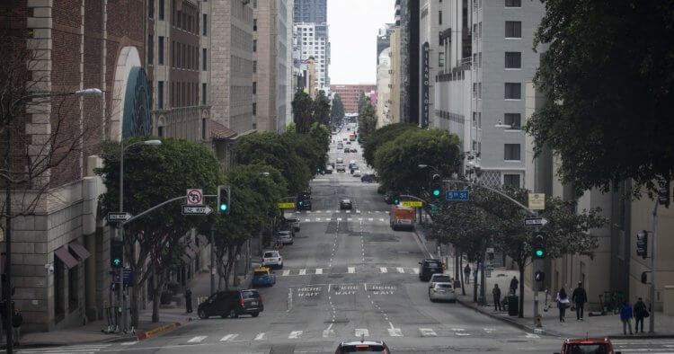 麥可貝監製的武漢肺炎電影《鳴鳥》(Songbird) 在實施封城的洛杉磯,空無一人的街道上拍攝。